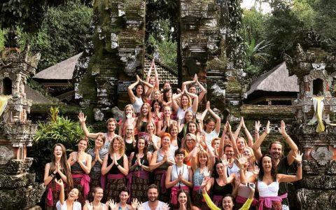 Yogalehrerklasse nach Reinigungszeremonie im Wassertempel auf Bali